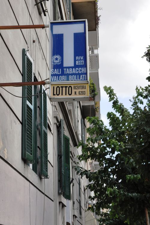 Tabaccaio, where you can buy bus and metro tickets