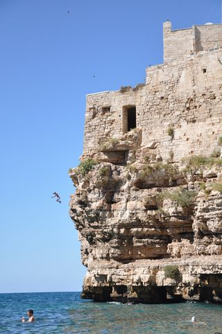 Cliff-jumpers in Polignano a Mare, Puglia