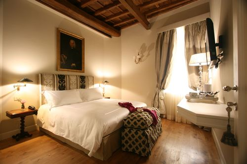 Crossing Condotti, one of the most romantic hotels in Rome