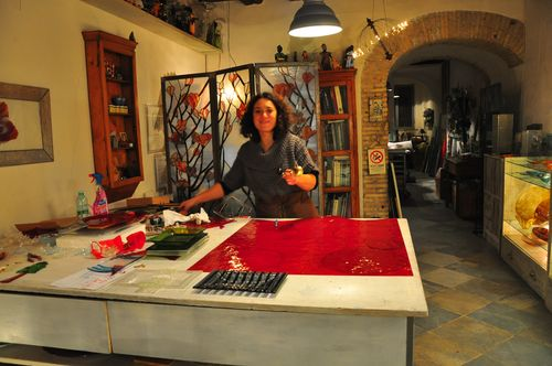 Artisan Anna Preziosi handcrafting glass at Silice